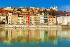 Façades de vieilles maisons traditionnelles colorées le long de rive, Lyon, France Photographie stock