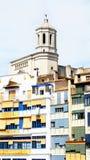 Façades des bâtiments avec la tour de la cathédrale, Gérone, Image stock