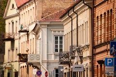 Façades des bâtiments historiques dans la vieille ville de Vilnius images libres de droits