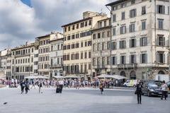 Façades des maisons de la Renaissance dans la place de Santa Maria Novella, avec des terrasses des barres et beaucoup de personne image stock