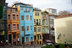 Façades en terrasse colorées dans Balat Istanbul image stock