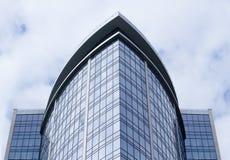 Façades en verre de gratte-ciel un jour ensoleillé lumineux avec des rayons de soleil dans le ciel bleu photo stock