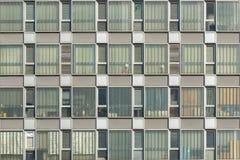 Façades et fenêtres d'un immeuble de bureaux vide photographie stock libre de droits