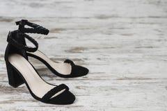 Façonnez à des femmes de style l'espace de copie de talons de noir de chaussures de noir du ` s photo libre de droits