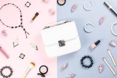 Façonnez à espace de travail de blogger la configuration plate avec des cosmétiques, la bourse, le livre de planificateur et les  Photographie stock