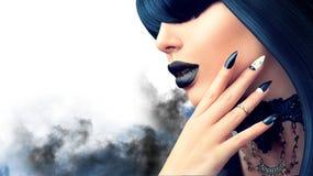 Façonnez à Halloween la fille modèle avec la coiffure, le maquillage et la manucure noirs gothiques photographie stock