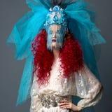 Façonnez incroyablement la fille avec les cheveux rouges dans la couronne et le voile Image libre de droits