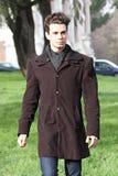 Façonnez l'équipement, beau jeune homme marchant - des couleurs claires Photographie stock