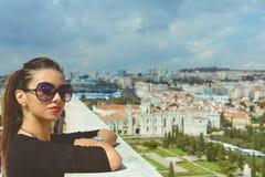 Façonnez la belle fille du dessus de toit si Lisbonne Photographie stock