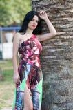 Façonnez la dame attirante avec la longue robe rouge fleurie image stock