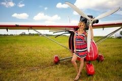 Façonnez la femme beautyful dans l'avion ultra-léger voisin de robe image libre de droits