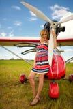 Façonnez la femme beautyful dans l'avion ultra-léger voisin de robe photos stock