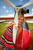 Façonnez la femme beautyful dans l'avion ultra-léger voisin de robe photographie stock