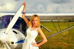 Façonnez la femme beautyful dans l'avion ultra-léger voisin de robe blanche image libre de droits