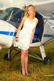 Façonnez la femme beautyful dans l'avion ultra-léger voisin de robe blanche Photos libres de droits
