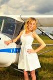 Façonnez la femme beautyful dans l'avion ultra-léger voisin de robe blanche Photo libre de droits