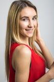 Façonnez la femme blonde dans la robe rouge sexy dans le studio images libres de droits
