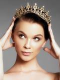 Façonnez la femme magnifique dans la couronne de diamant, gagnant de concours de beauté Fille de luxe avec le maquillage lumineux photographie stock