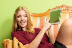 Façonnez la femme s'étendant sur le sofa avec le comprimé de PC Image libre de droits