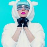 Façonnez la fille dans le hoodie Teddy Bear sur un fond bleu vanille photos stock