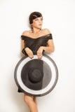 Façonnez la fille dans un grand chapeau dans le studio images stock