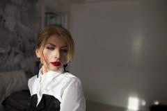 Façonnez la fille de beauté avec la lumière du soleil dans l'appartement Photographie stock libre de droits