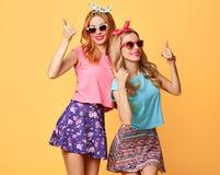 Façonnez la fille drôle folle en ayant l'amusement, danse amis Images libres de droits