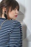 Façonnez la fille posant sur le fond de mur avec 3d Photos stock