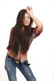 Façonnez la fille sexy de brunette dans les jeans et la chemise Image libre de droits