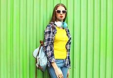 Façonnez la jeune femme assez élégante de portrait dans le style à la mode Image libre de droits