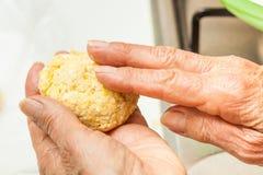 Façonnez la pâte de maïs en les boules moyennes Photo libre de droits