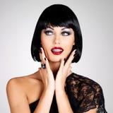 Façonnez la photo d'une belle femme de brune avec la coiffure de tir. Image libre de droits