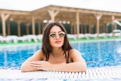 Façonnez la photo de la belle fille sexy dans le bikini élégant détendant dans la piscine Vocation d'été Photo stock