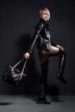 Façonnez la photo de la jeune femme dans le jucket en cuir, jupe en cuir Image stock