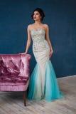 Façonnez la photo de la robe de soirée de scintillement de port de belle dame Photo libre de droits