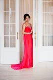Façonnez la photo de la robe de soirée de scintillement de port de belle dame Photo stock