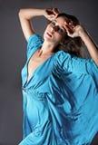 Façonnez la verticale d'un femme dans une robe bleue en soie. Photographie stock libre de droits