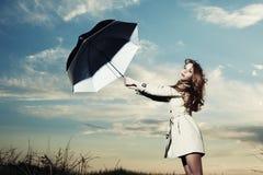 Façonnez la verticale du femme élégant dans un imperméable photographie stock libre de droits