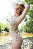 Façonnez la verticale du jeune femme sensuel dans le jardin photos stock