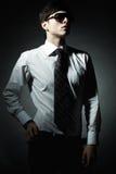 Façonnez la verticale du jeune homme d'affaires Images stock