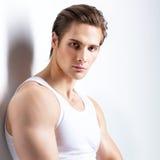 Façonnez la verticale du jeune homme sexy Photographie stock libre de droits