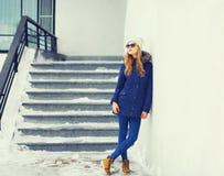 Façonnez la veste de port et le chapeau de femme assez blonde en hiver Photo stock