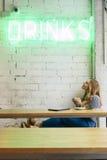 Façonnez le blogger ayant une boisson dans un cafétéria moderne Photos libres de droits