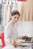 Façonnez le blogger de femme travaillant dans un espace de travail créatif. Image stock