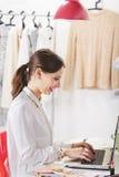 Façonnez le blogger de femme travaillant dans un espace de travail créatif. Photographie stock libre de droits