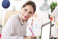 Façonnez le blogger de femme travaillant dans un espace de travail créatif. Photo libre de droits