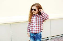 Façonnez le concept d'enfant - portrait d'enfant élégant de petite fille Images libres de droits