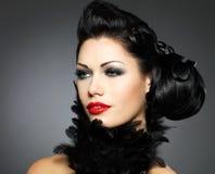 Façonnez le femme avec la coiffure de beauté et le renivellement rouge images stock