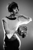 Façonnez le jeune éditorial de photo de modèle de brune, modèle posant, foudre mélangée, longue vitesse Photo stock