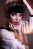 Façonnez le jeune éditorial de photo de modèle de brune, modèle posant, foudre mélangée, longue vitesse Image libre de droits